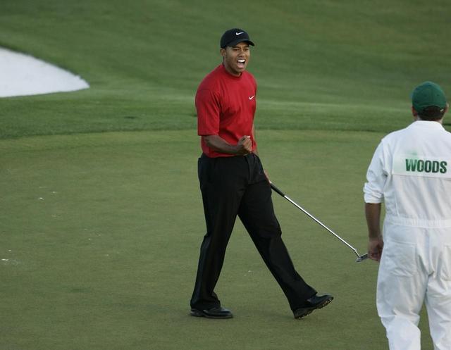 画像: 2005年のマスターズで優勝を決めた瞬間のタイガー・ウッズ