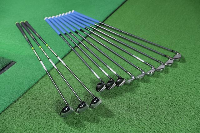 """画像: 左からミズノとゴルフパートナー「シュアーDD」のワンレングスFWの3本、真ん中はコブラ「キングF8ワンレングスハイブリッド」3本、コブラ「キングF8ワンレングスアイアン」6本。クラブは12本だが、長さはFWの42インチ、それ以外の37.5インチのわずか""""2種類"""""""