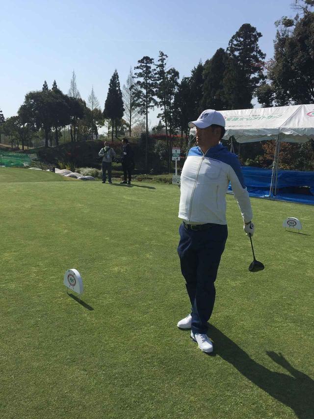 画像: 小倉がキャディを務めたプロゴルファー・中井学。開幕戦は3年連続3度目の出場