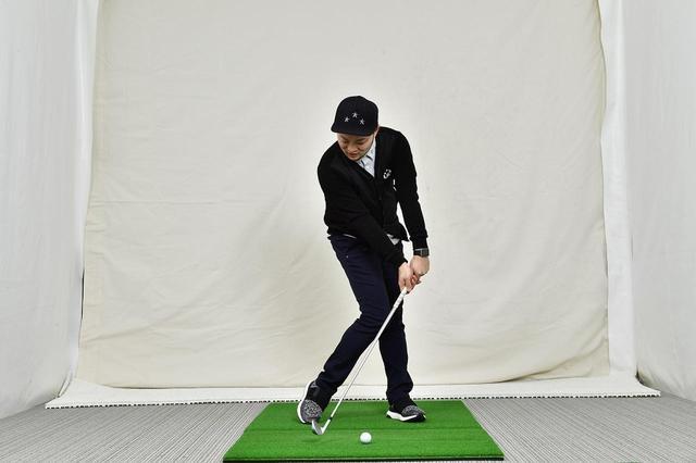 画像: 低い球を打つには、フェースを下に向ければいい