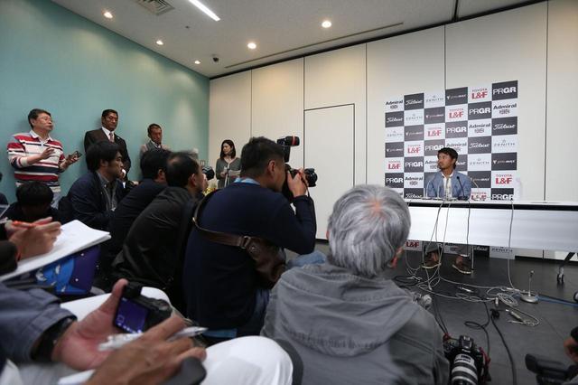 画像: 帰国後会見での小平。多くの報道陣が詰めかけた(撮影/野村知也)