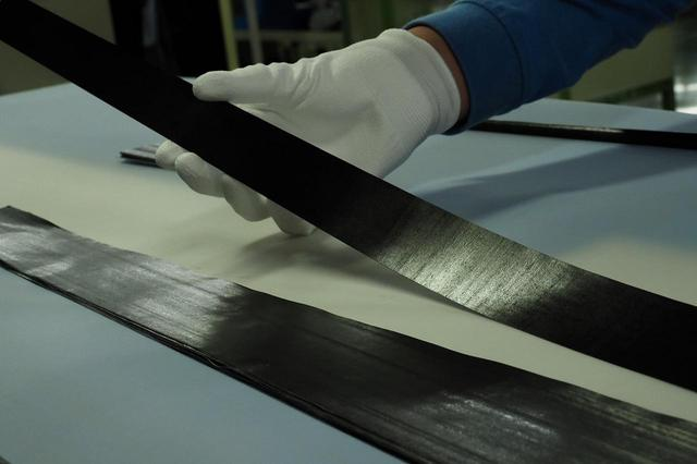 画像: 部分的に強度や粘り、繊維の方向が違う複数のカーボン素材を組み合わせて巻き、一本のシャフトを作っていく