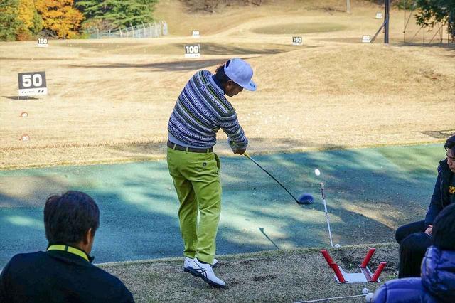 """画像: 練習器具を駆使してスウィングを磨きあげる通称""""シンゴ打席""""(写真は2017年のゴルフ日本シリーズJTカップ 撮影/中村修)"""