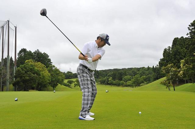 画像: 手で当てるゴルフはスコアが不安定。体主導のゴルフなら安定感のあるスウィングができる(撮影/増田保雄)