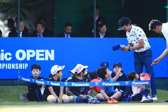 画像: 子どもたちと交流する石川遼(写真は2018年のパナソニックオープン 撮影/大沢進二)