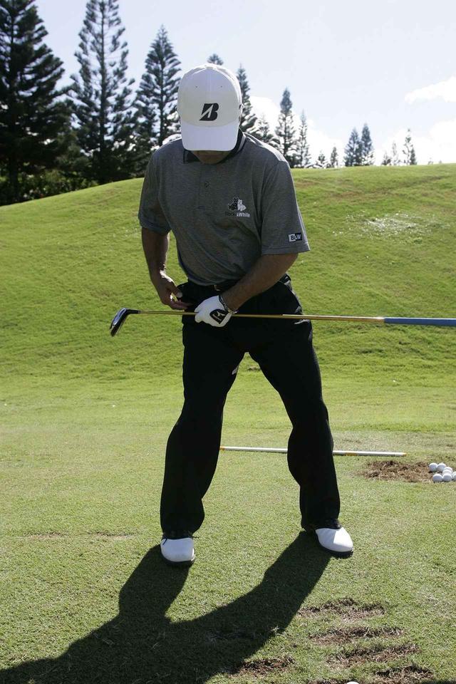 画像: 体の右斜め後ろに股関節を入れていくと、自然に体は回る。腰を右にスライドさせるとスウェイするので注意