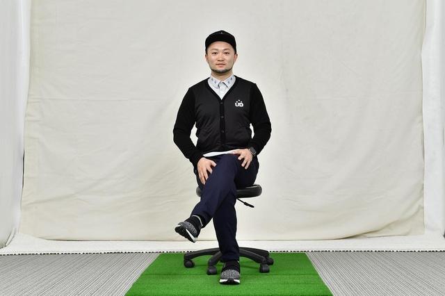画像: イスに座って足を組んだとき、左足が上にくればドロー系。逆に右足が上にくる場合はフェード系のボールになりやすい