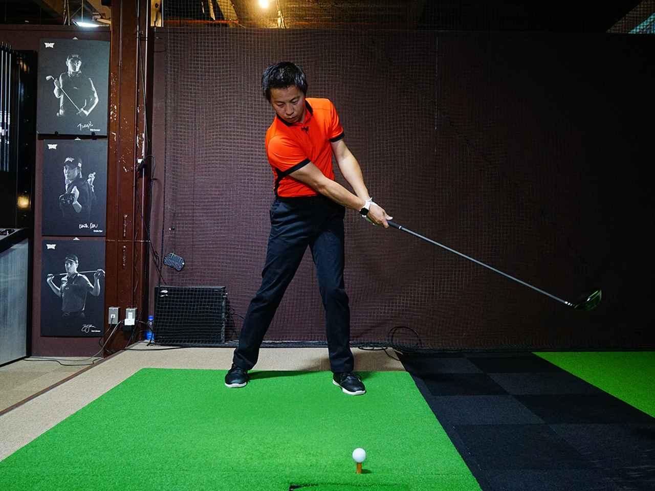 画像: べた足でスウィングすることで効率的にボールにエネルギーを伝えることができる