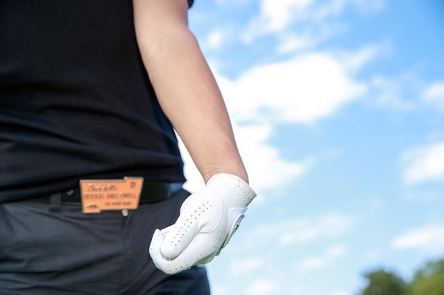 """画像: 「多くのアマチュアは手でフェースを返そうとするので、インパクトで左手首が甲側に折れてしまう。これではロフトが寝て、フェースも開く。左手首を手のひら側に折る。ゴルフ用語でいう""""ナックルダウン""""の動作でフェースを閉じ、ロフトを立てる」(森)"""