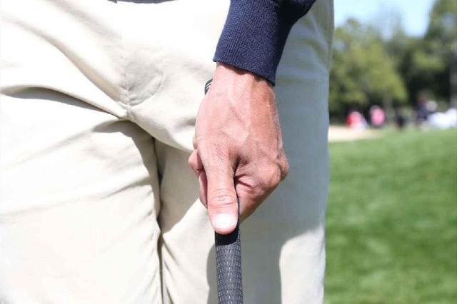 画像: ウィークグリップで握ることで手首が返りにくくなるのでボールをとらえやすくなる