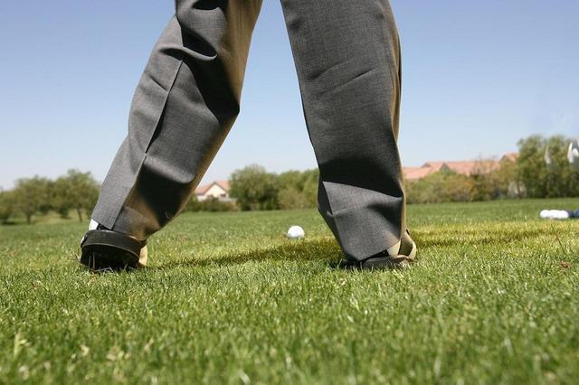 画像: トップでかかとを上げて、それを下ろす動きをきっかけにダウンスウィングする