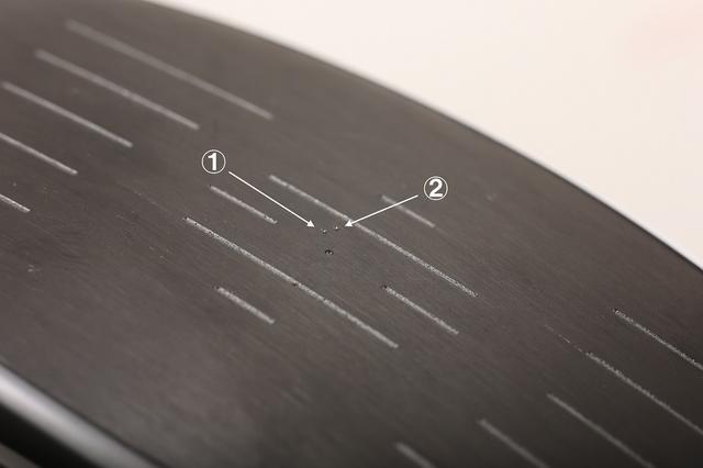 画像: フェースセンター付近に示された、2つのフェース面上の重心。その差は1ミリにも満たないほどだが、これが球筋を左右するほどの大きすぎる変化なのだ