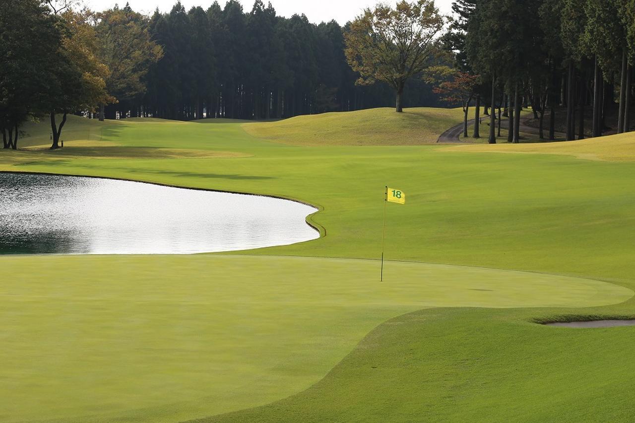 画像: 池の配置が印象的な太平洋クラブ御殿場コースの18番。現在は松山英樹監修のコース改修工事が実施中。18番の池は右奥まで拡張され、さらにスリリングな展開を生み出す予定だという