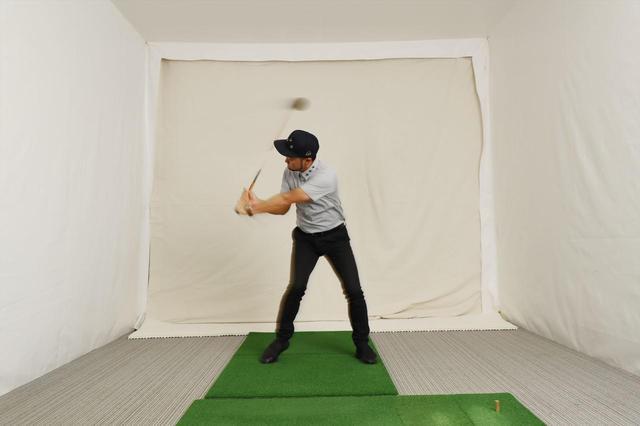 画像: アマチュアが飛ばすには、バックスウィングの「反動」を使ったほうがいい