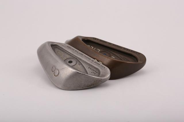 画像: 17-4ステンレス(手前)とベリリウム(奥)のヘッド。ヘッドの外周とフェース裏の段差に注目。同じ番手なのにベリリウムは凹みが深い。つまり、フェースが薄いということ。ステンレスをここまで薄くすると割れてしまう。
