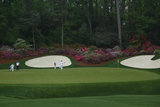 """画像: ゴルフの祭典・マスターズの開催コースとして名高い、オーガスタ・ナショナル・ゴルフクラブの13番パー5のグリーン。オーガスタはとくにグリーンの難易度が高く、""""ガラスのグリーン""""と呼ばれている"""