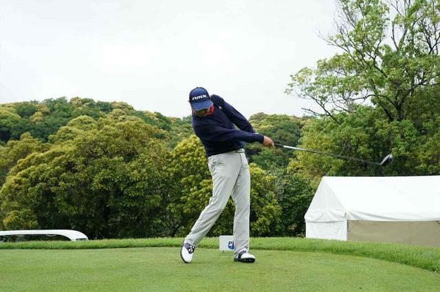 画像: 小さいトップから一転、フォロースルーを長く大きくすることにより、ラインを出しやすくなる(写真は2018年の日本プロゴルフ選手権 撮影/姉崎正)