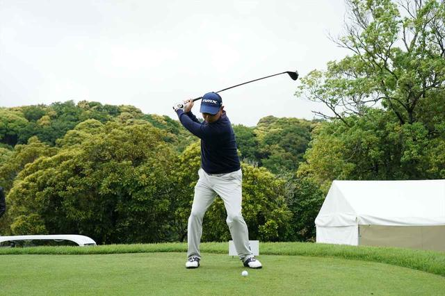 画像: トップの大きさと飛距離は比例しない。それならばミスするリスクが上がるオーバースウィングより安定感があるコンパクトスウィングを推奨する、とゴウ・タナカは言う(写真は2018年の日本プロゴルフ選手権 撮影/姉崎正)