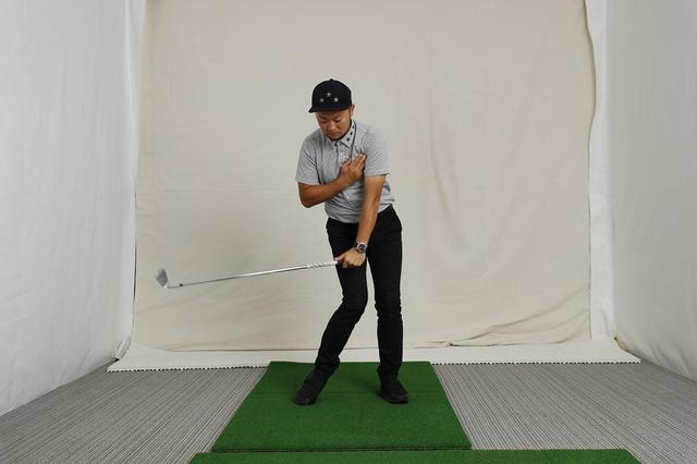 画像: 右手と左手の力感を同じにしてバランス良く振る感覚を身につけるための練習法。左胸→左ヒジ→左手首と、徐々にグリップへ近づけていこう