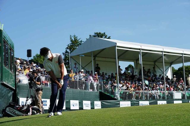 画像: 勝利を決めた18番グリーン奥からのチップインバーディ(写真/2018年の日本ゴルフツアー選手権 森ビルカップ)