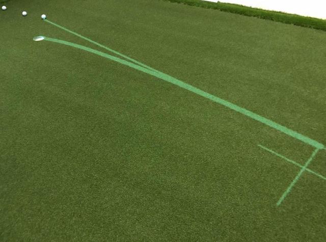 画像: パットビューは、プロジェクターを用いて室内グリーン上にパットのラインやボールが転がるスピードを投影するシステム。それをなぞるように打つだけで感覚的にパッティングのキモを学べるという