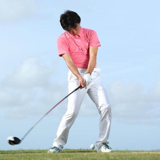 画像: 左折の動き、そしてベタ足をキープすることがダウンスウィングのコツ