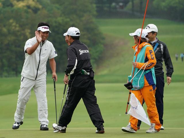 画像: 日本プロのプロアマで、同伴者と笑顔でハイタッチを交わす元選手会長・池田勇太。あいにくの天気でも、楽しそうな空気が伝わってくる(写真/2018年の日本プロゴルフ選手権)