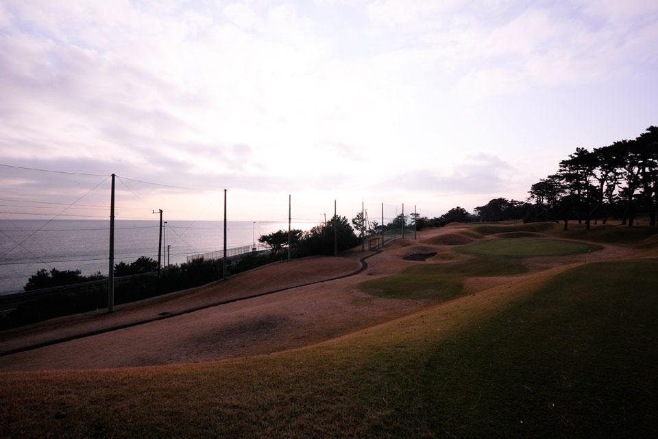 画像: 海沿いに位置している大磯GC。波の音を聞きながらプレーするものいいかも!