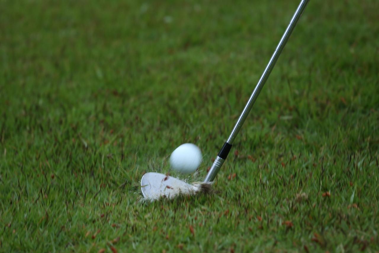 """画像: 水、土、芝生。様々な自然物がボールとフェースの間に介在してしまう。それがゴルフのインパクトである。フェースの溝は、それらを内部に格納し両端から逃がす""""排水溝""""なのだ"""
