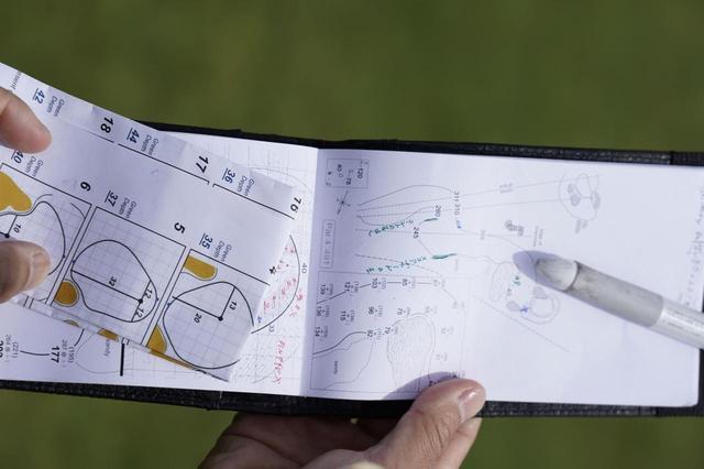 画像: ヤーデージブックと照らし合わせながら18ホールを細かくチェックしていく