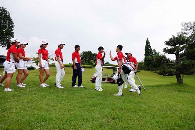 画像: プレーを終えた中島啓太を、日本代表全員が出迎え。男女の別なく、チームワークの良さが際立った
