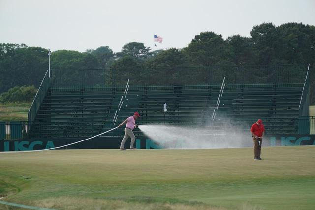 画像: プレー終了後、水が撒かれるグリーン上。明日の優勝争いの行方は……!?