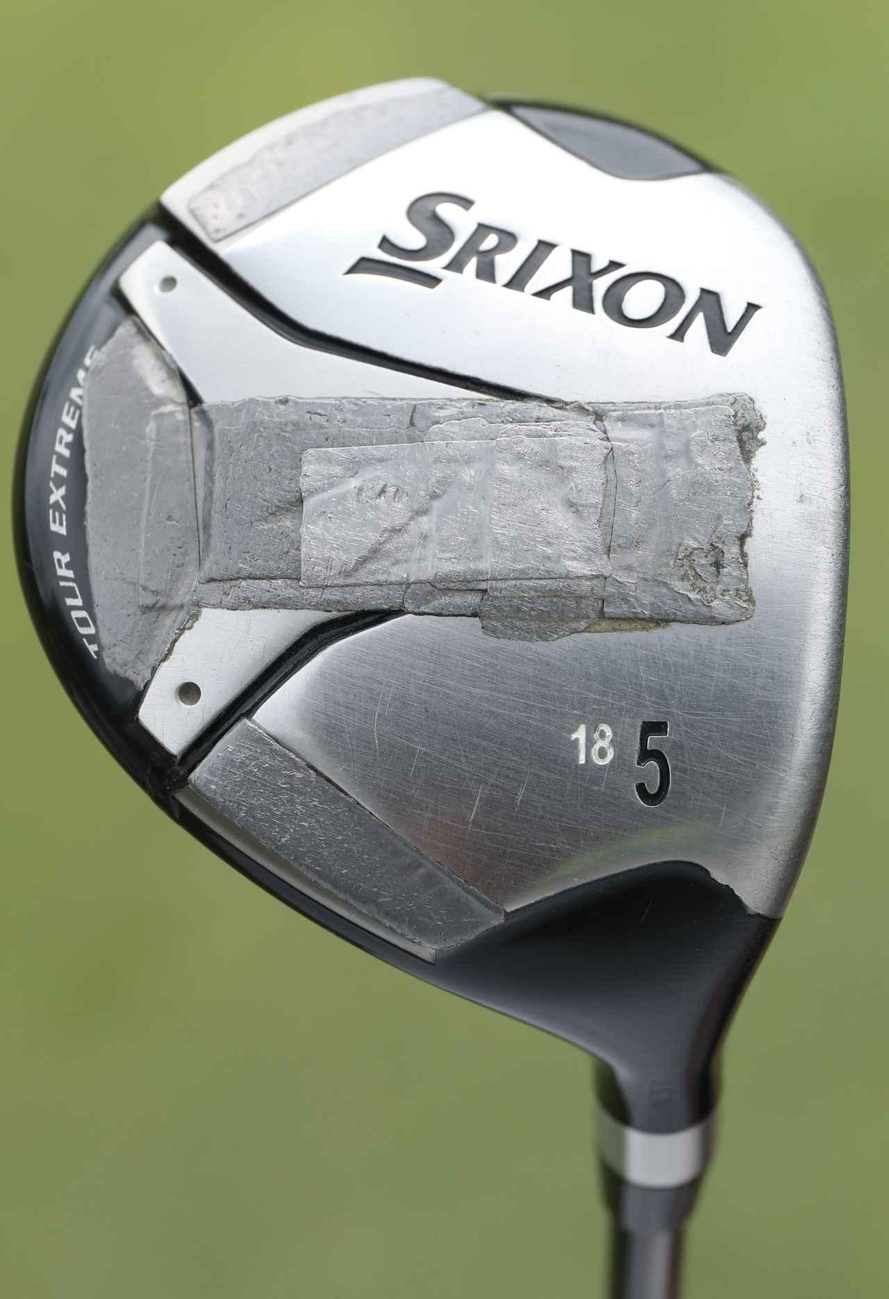画像: 長年愛用している5Wには鉛がべったり。「全体的に軽かったので、ヘッドを重くするために貼りました」。5W「スリクソン Z-TX」