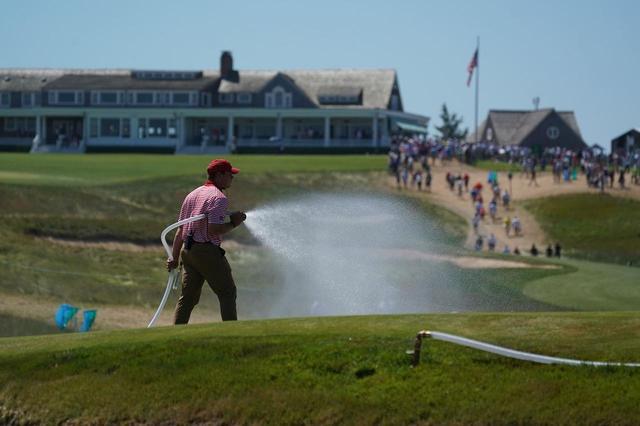 画像: グリーンを柔らかくするため、水を撒いていた