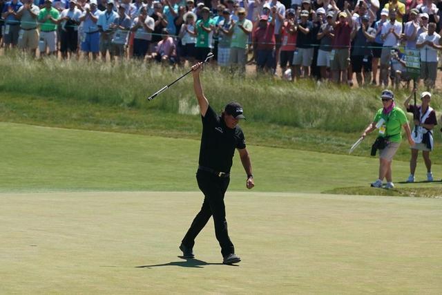 画像: 観客からの声援に右手を挙げて応えるフィル・ミケルソン
