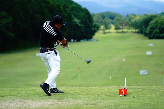 """画像: 「シニアディビジョン」を制したのは髙橋健。腕の""""重さ""""を生かしたスウィングで334ヤード飛ばした"""