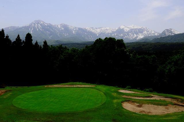 画像: 4番 121ヤード ソーグラス。ティグラウンドから妙高連山の絶景が見えるホール。打ち下ろしなので番手選びを間違えるとパーセーブは厳しい
