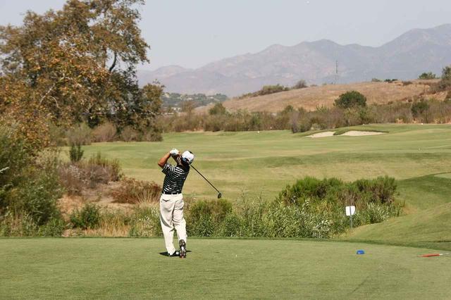 画像: フィニッシュの姿勢のまま、ボールが落ちるのを見る