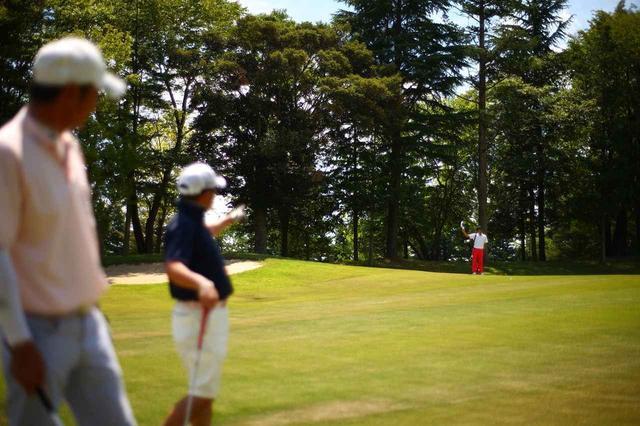 画像: マナーを注意するのはゴルフにおいて先輩の役目である