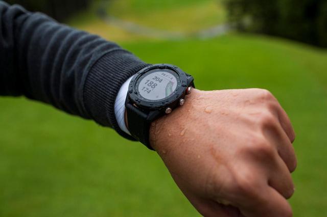 画像: 腕時計型のGPS距離計も人気だ