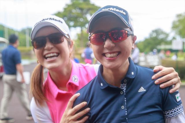 画像: カジュアルでも使えるサングラスをチョイスした大西葵(左)とスポーツタイプを選んだ宮田成華(右)。ふたりともバッチリ似合っている
