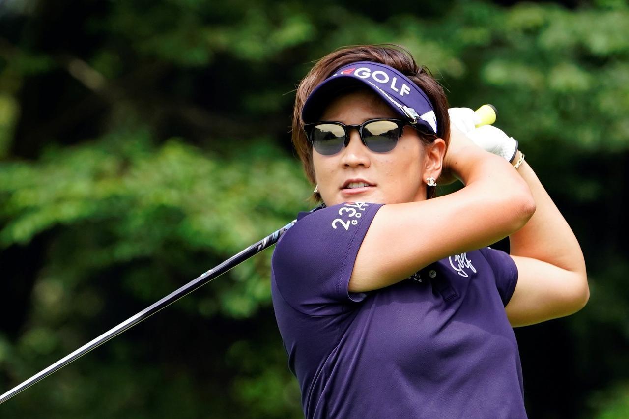 画像: 2018年のアース・モンダミンカップで10勝目を挙げた成田美寿々はアイヴォルのサングラスを愛用
