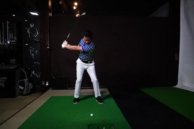 画像: 右ひざと右足つま先が同じ方向を向いている状態をキープすることで、体の伸び上がりを防ぐことができる