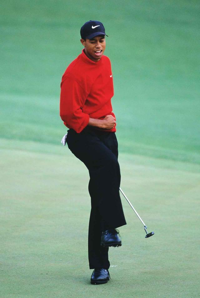 画像: タイガー・ウッズは慣れ親しんだピンのグリップをスコッティ・キャメロンのパターに装着している(写真/1997年のマスターズトーナメント)