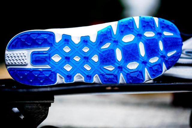 画像: マット・クーチャーが履く、スケッチャーズのシグネチャーモデル「GO GOLF PRO V.3」をベースにしたスパイクレスシューズ。こちらはコリン・モンゴメリー愛用モデル