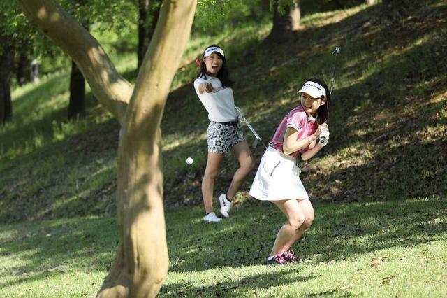 画像: 林の中から打ったときボールが木にあたり跳ね返ってきて自分に当たったとしても無罰になった(写真は2017年は週刊ゴルフダイジェスト8/1号より)