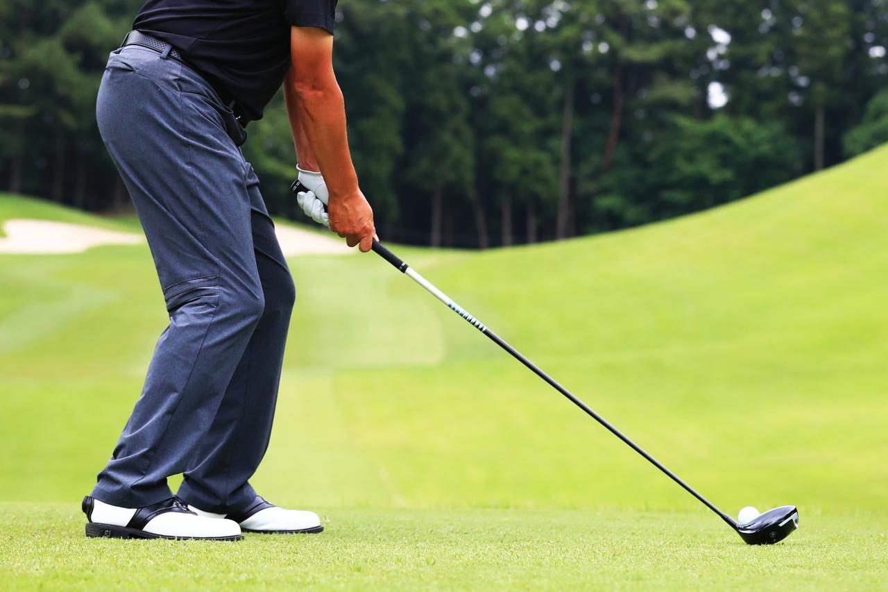 画像: クローズスタンスのほうが捻転が深く入り、ボールを強く叩ける(写真は2018年の日本ゴルフツアー選手権 撮影/大澤進二)