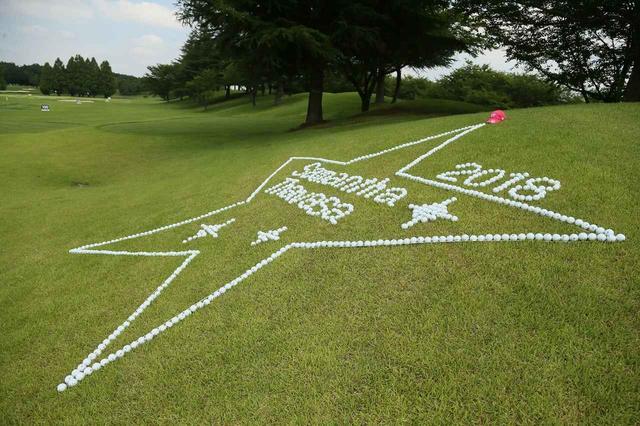 画像: 練習場にはゴルフボールで作ったサマンサタバサマークが!