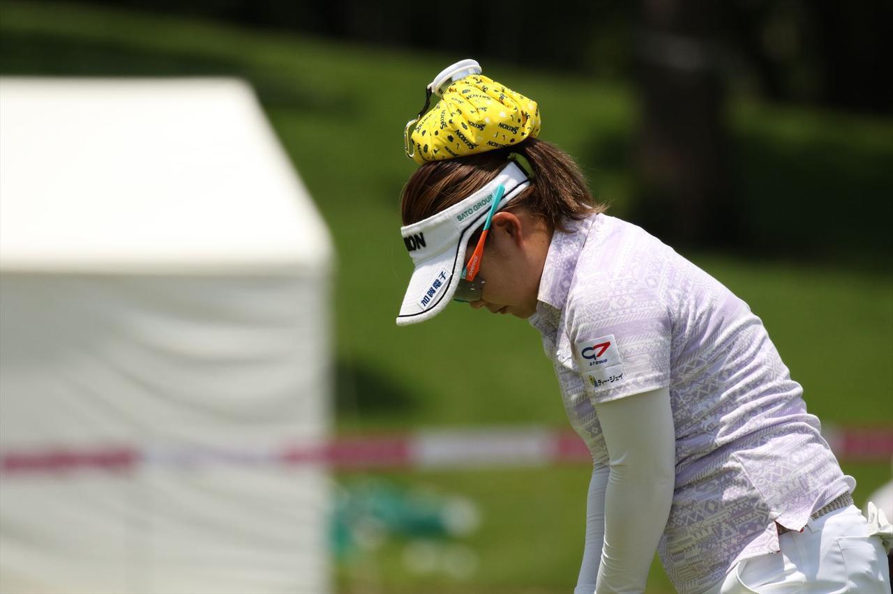 画像: 東浩子のようにパット練習で頭に乗せれば頭も動かすことなく一石二鳥!?