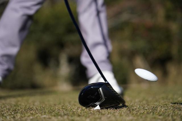 画像: ソールのフェース寄りの溝はフェースの反発性能を高めるとともに、重心を低く、浅く設定でき、ボールのスピン量を抑え、伸びのある弾道を生む